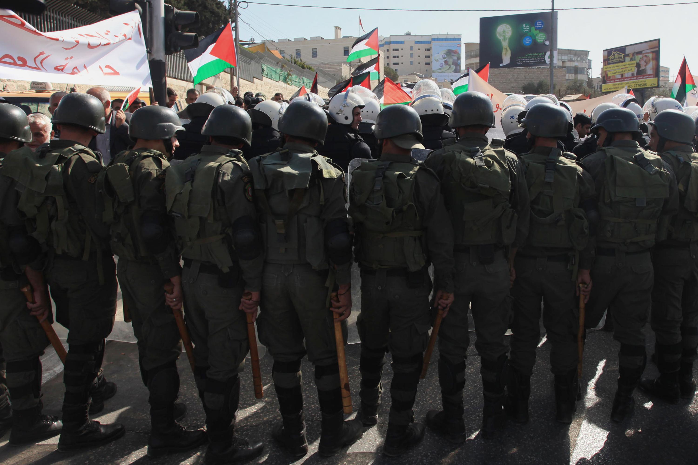 صورة الأجهزة الأمنية الفلسطينية تفرض منع التجول في مستوطنة قريات أربع