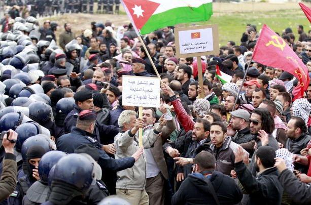 صورة الأحزاب الأردنية تقيم مجموعة عروض خلابة أمام السفارة الإسرائيلية
