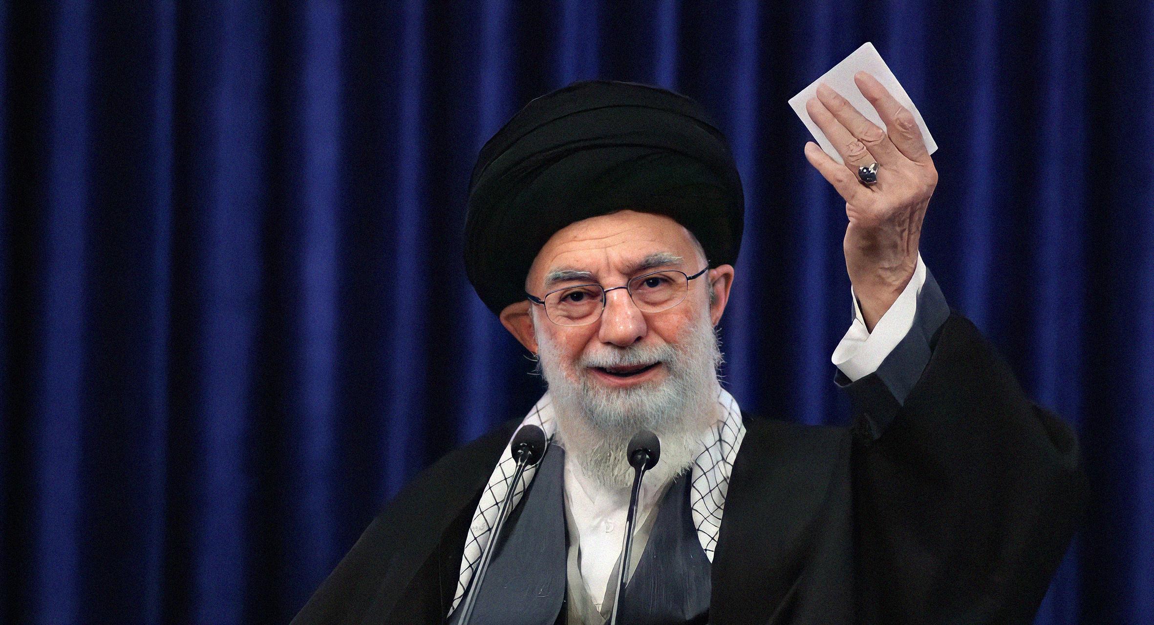 صورة خامنئي للإيرانيين: فصّلت لكم طقم مرشحين يأخذ العقل