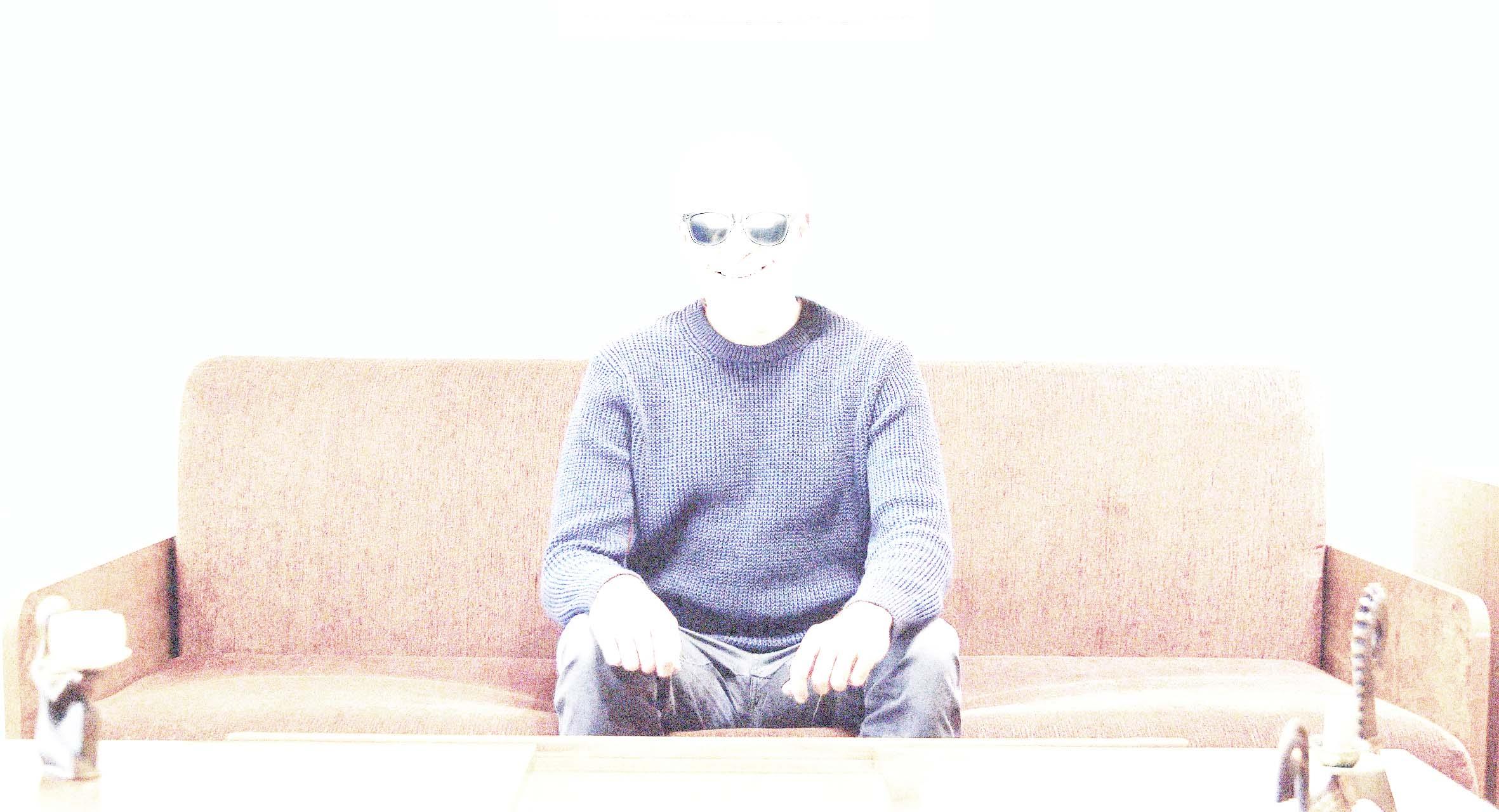صورة أب يعالج ضعف الإضاءة في غرفة الجلوس بتركيب كشافات