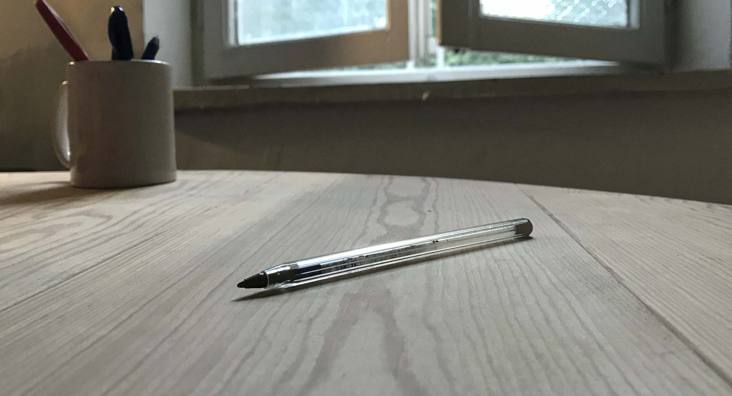 صورة دخول قلم حبر جاف آخر خلسة إلى البيت