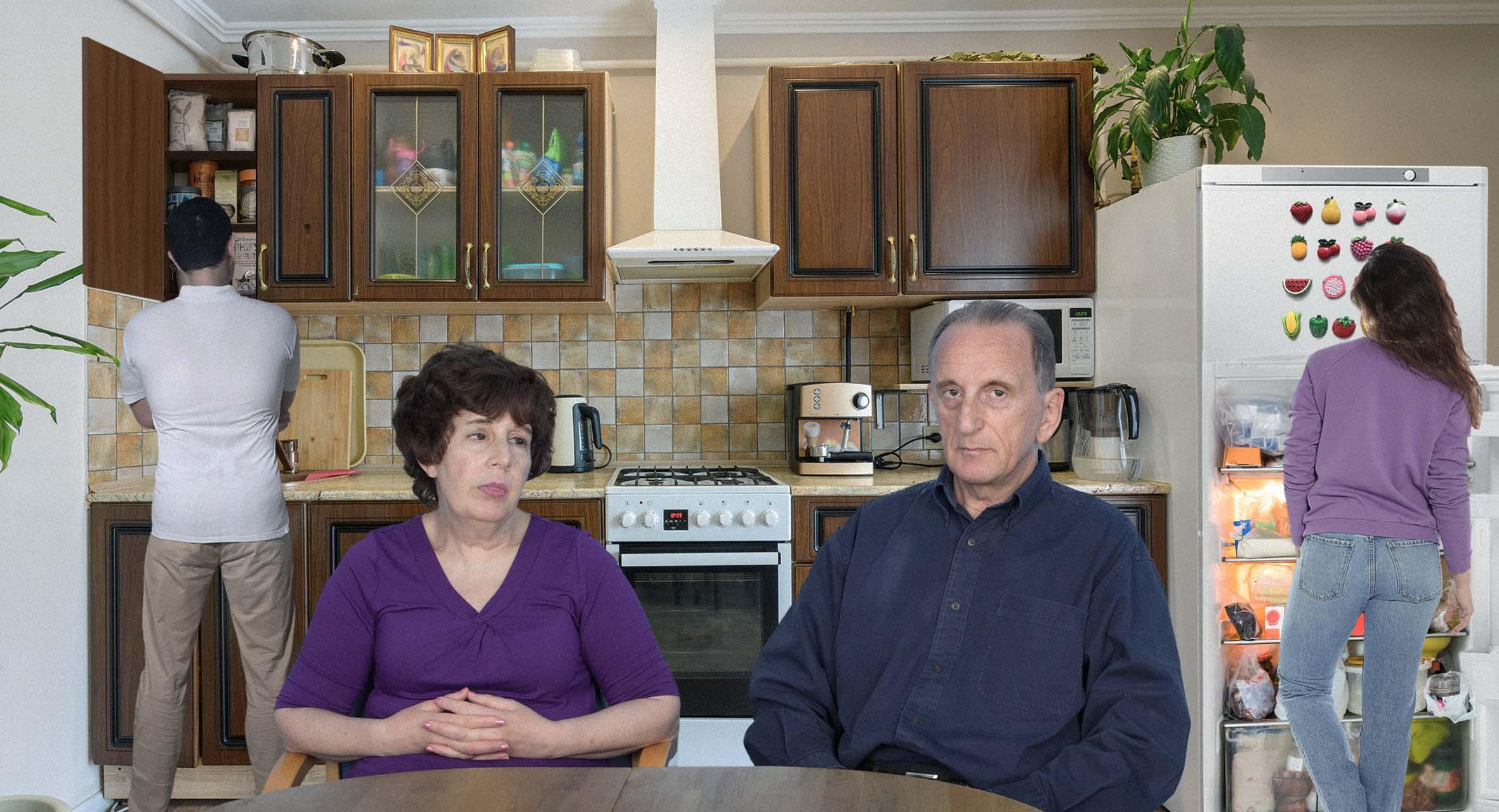 صورة عائلة تبقى على قيد الحياة رغم مرور ١٥ عاماً دون معرفة ماذا ستطبخ اليوم