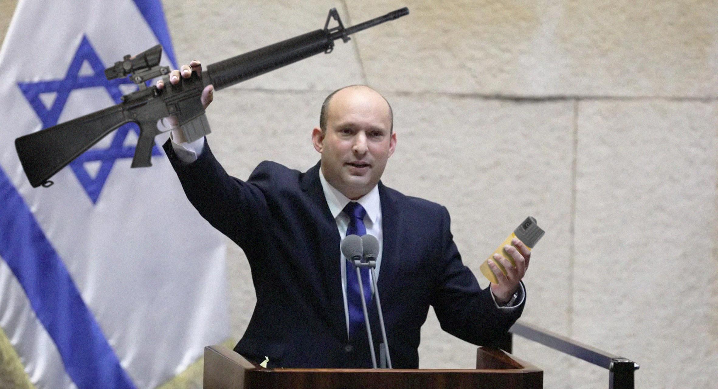 صورة بينيت يندد برفض الفلسطينيين رشِّهم ببخاخات الفلفل رغم قدرة المستوطنين على رشَّهم بالرصاص