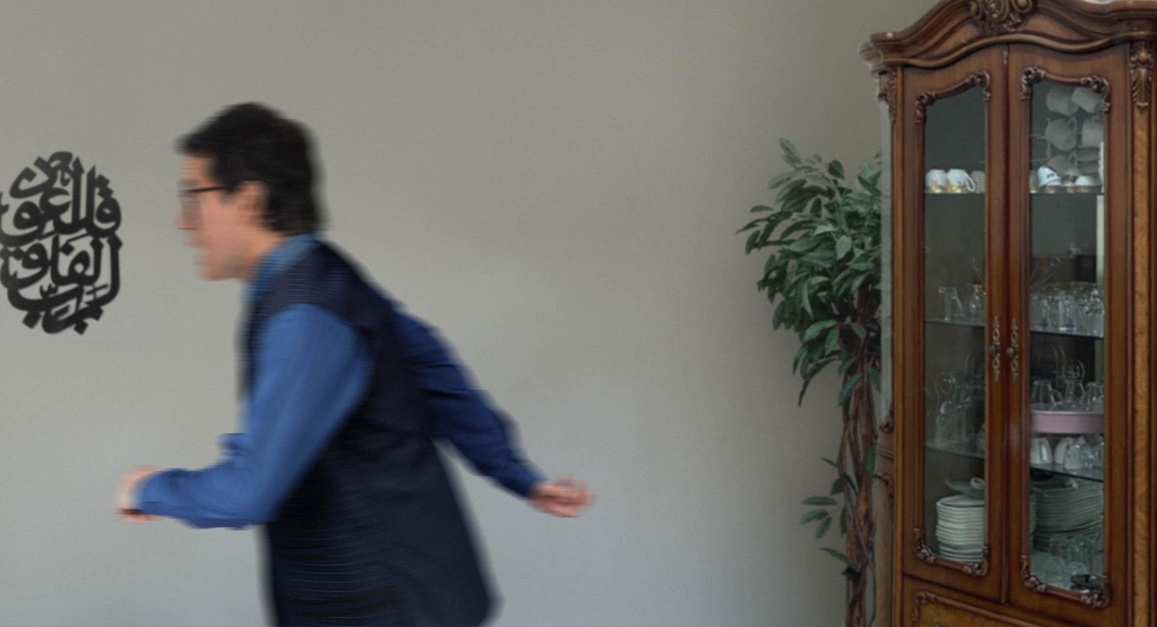 صورة شاب يفر من منزل العائلة ويتقدم بطلب هجرة بعد كسره فنجاناً من الطقم الصيني