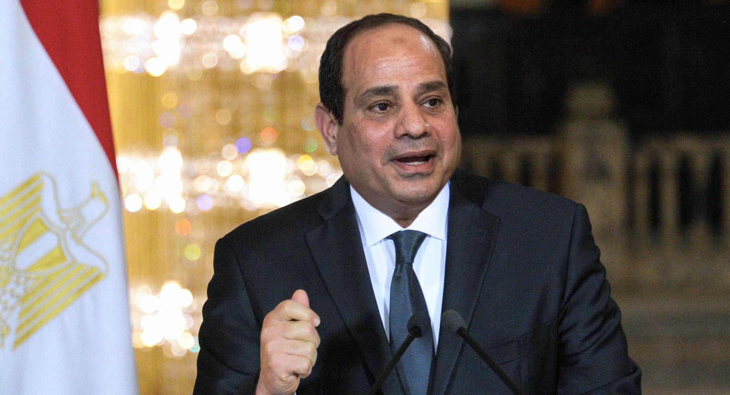 صورة السيسي يُطمئن المصريين أنّ الوضع الوبائي ممتاز لدرجة إمكانية الاستثمار فيه مادياً