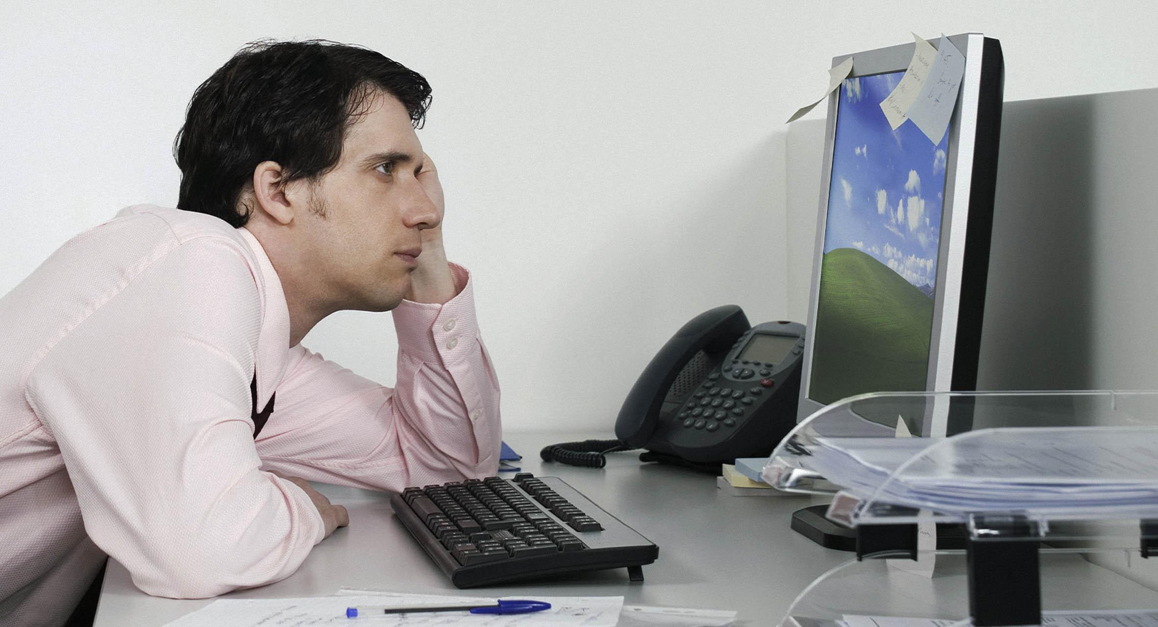 صورة موظف يستغل استراحة الغداء ليستمتع بالطبيعية الخلابة أمامه