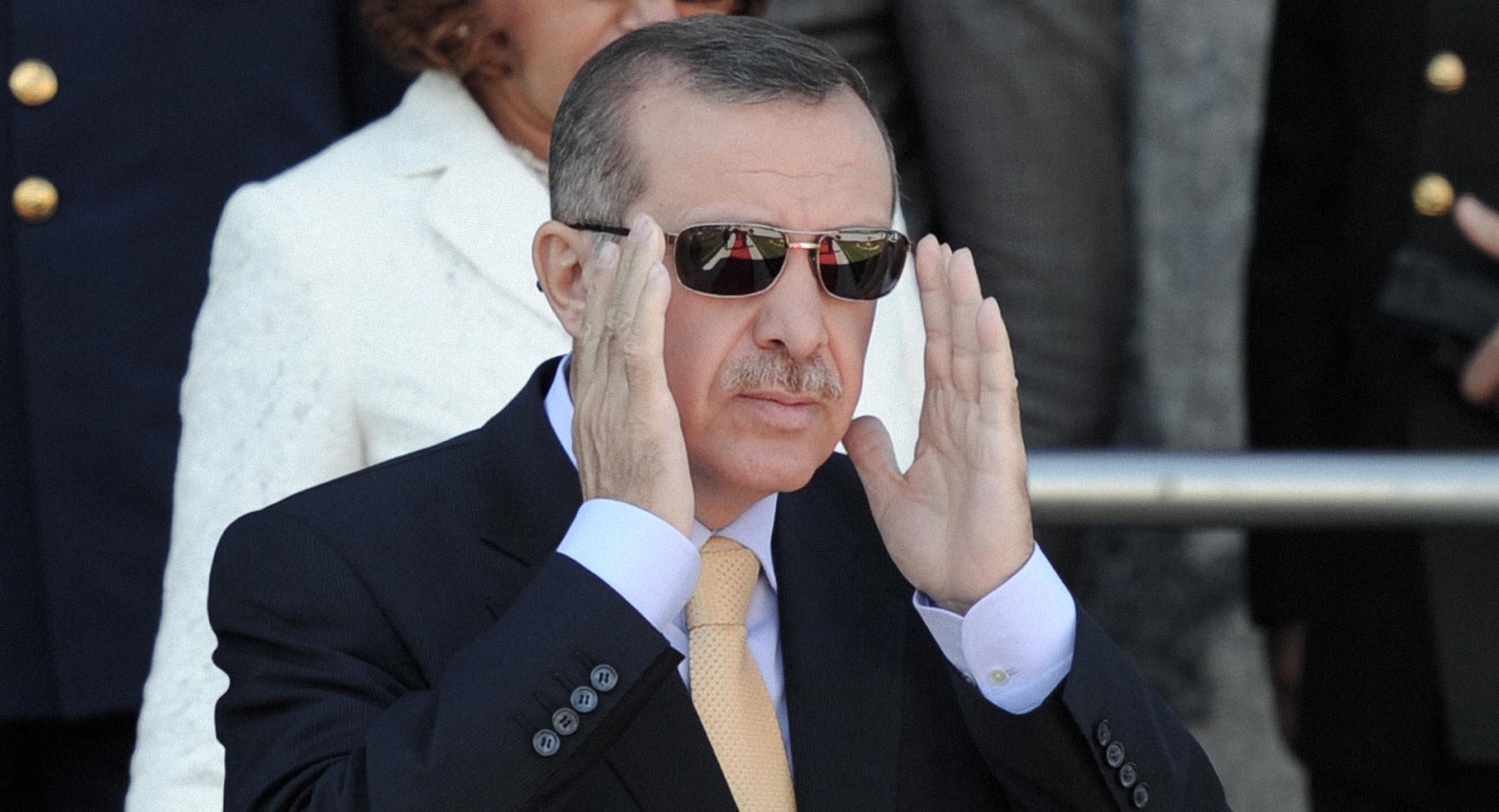 صورة السلطان يعتقل الناشطات لأنّ خادم الحرمين ليس أحسن أو أعلى شأناً منه