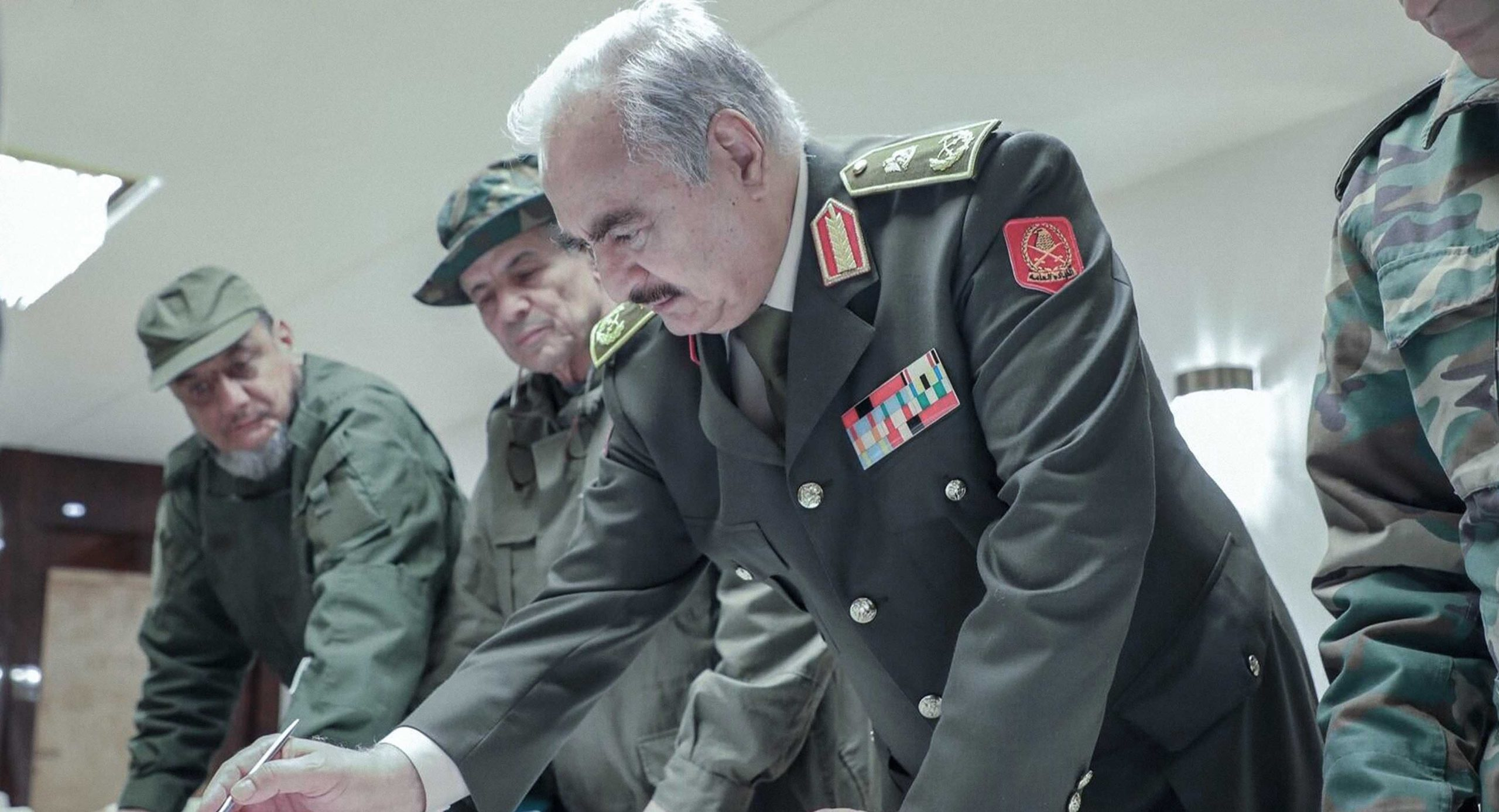 صورة حفتر يطالب داعميه بزيادة الغطاء الجوي وتزويده بالمقاتلين المرتزقة والسلاح والأموال للوصول إلى حل سلمي يلبي إرادة الشعب الليبي