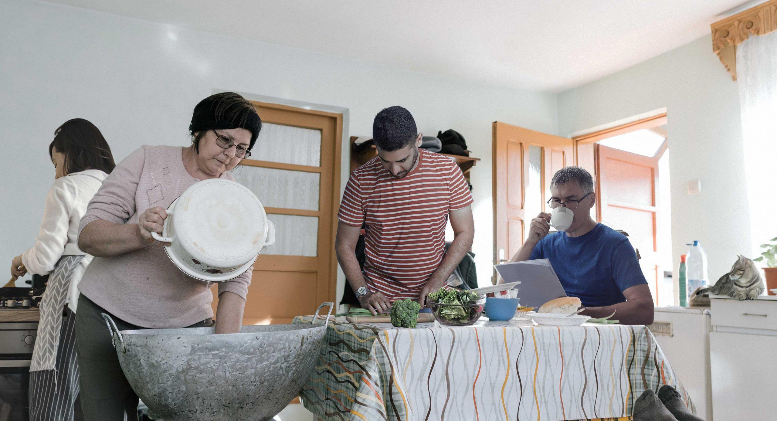 صورة عائلة تُباشر بتحضير وجبة الغداء نظراً لمرور دقيقتين على انتهاء الفطور