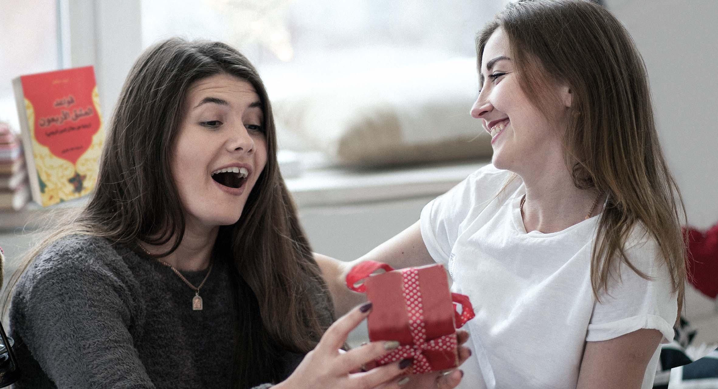 صورة حزُّورة الحدود: هل تعتبر هدية الأخت لأختها للأخت أم لأختها؟