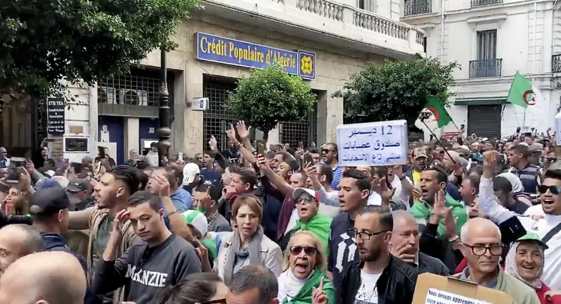 صورة قايد صالح يطمئن الجزائريين بأنّ الانتخابات الحرة الديمقراطية ستُجرى بموعدها رغماً عنهم