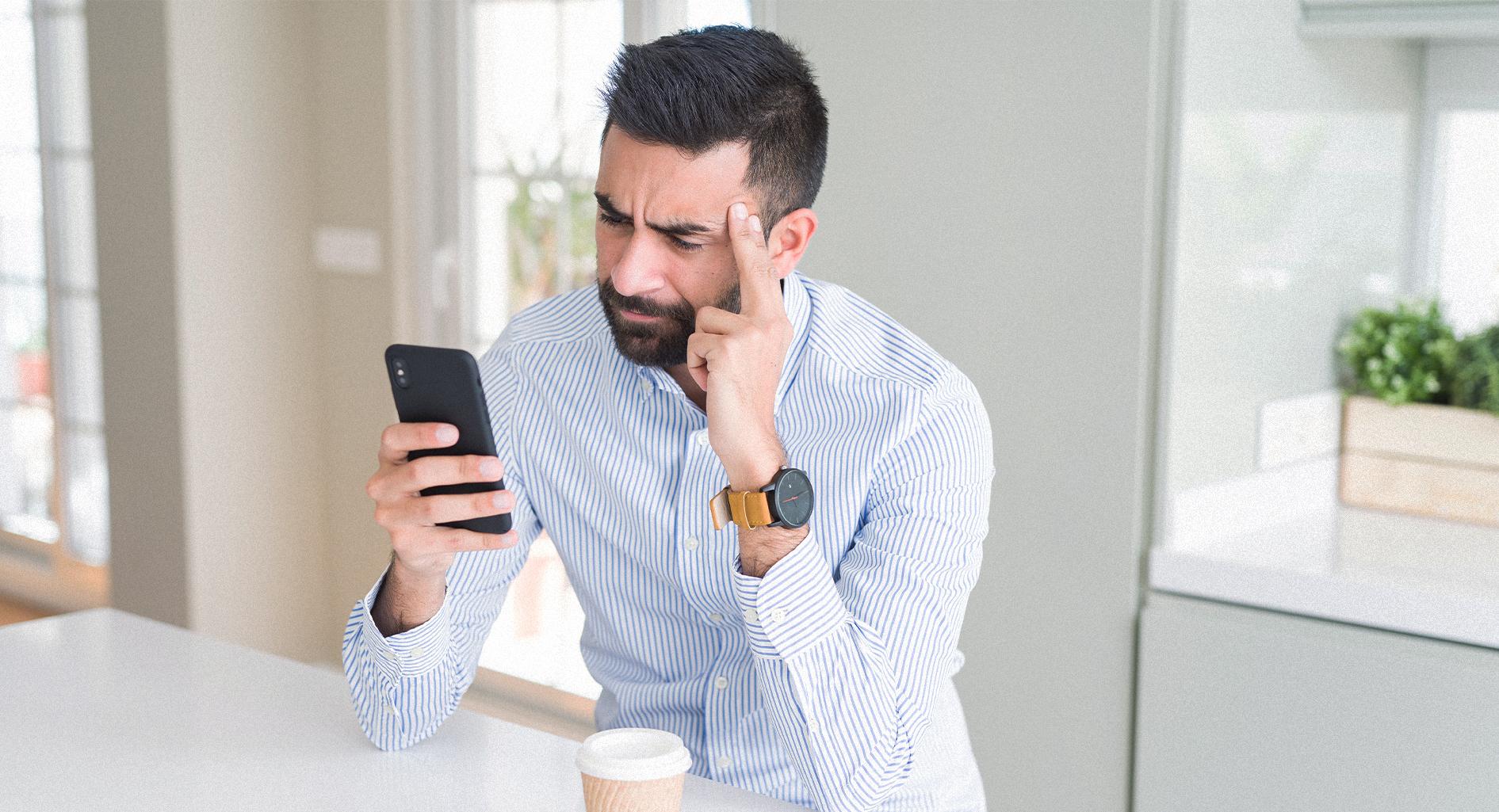 صورة شاب يرسل رسالة واتساب لصديقه كي يتصل به على تيليغرام لأن خط الخليوي لم يلتقط الاتصال