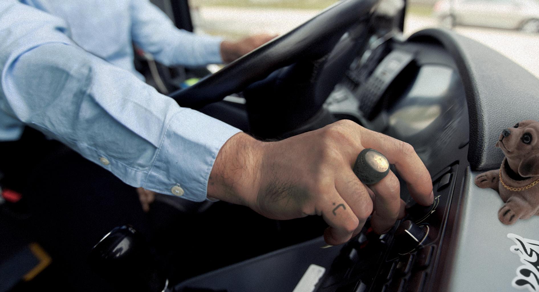 صورة سائق حافلة مُتهوّر يعرِّض الركاب لبرنامج إذاعي صباحي
