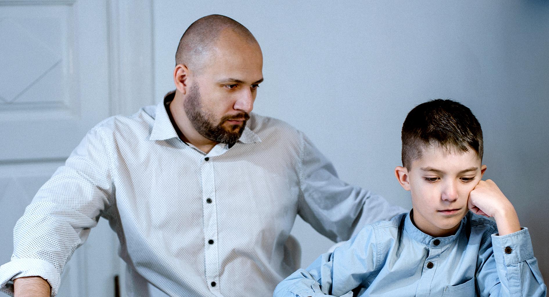 صورة طفل يثبت لأبيه أن المال وحده زينة الحياة الدنيا