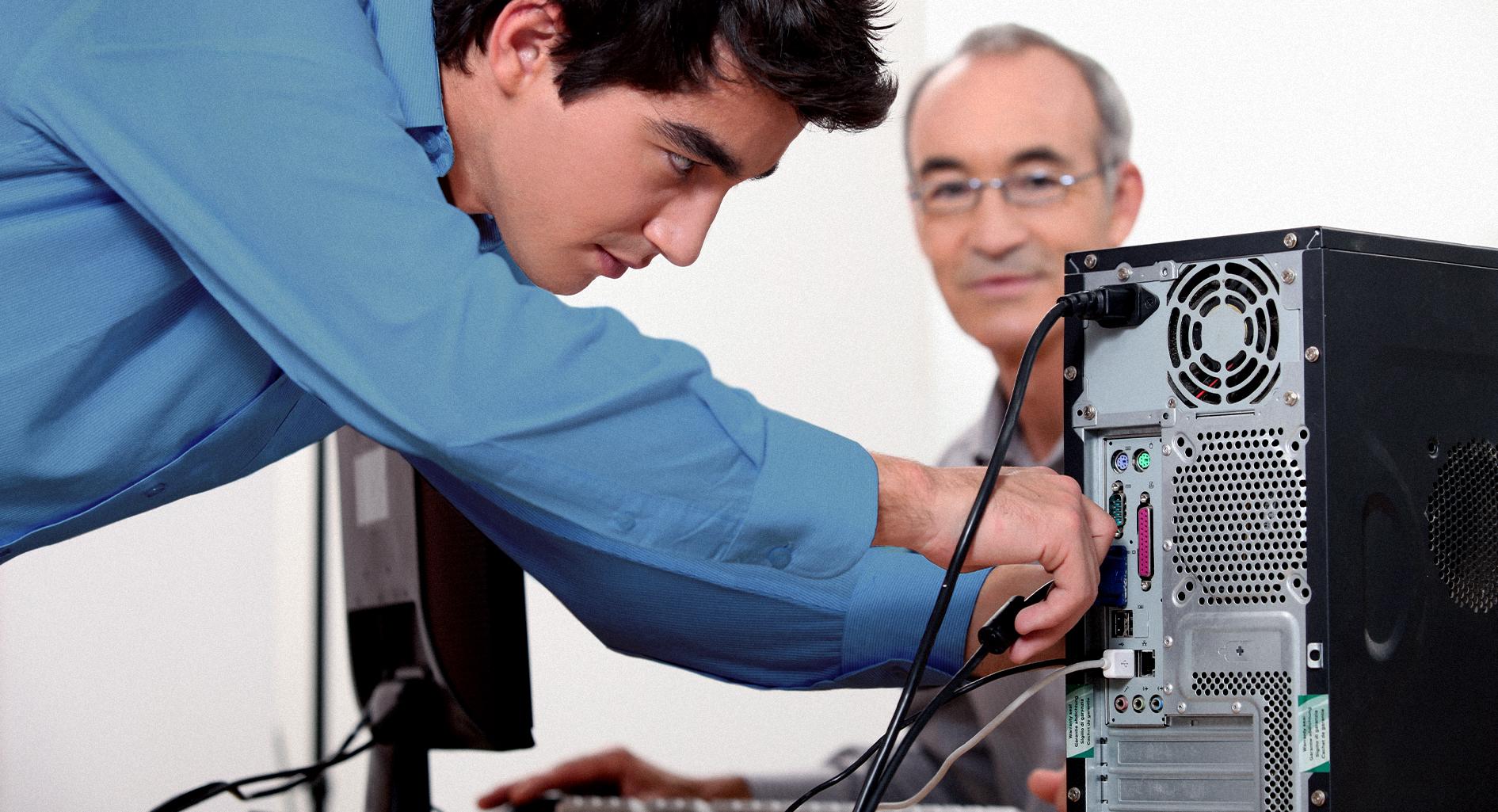 صورة خريج هندسة حاسوب يعثر أخيراً على عمل بتصليح كمبيوتر عمِّه