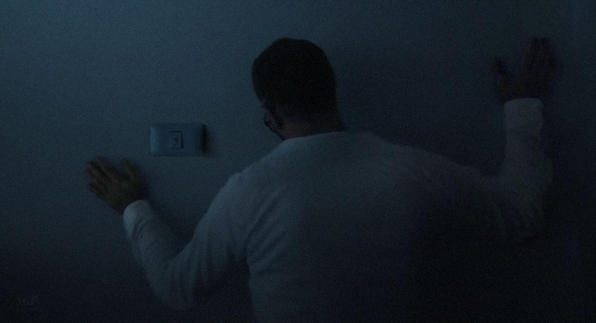 صورة تقرير: التحسيس على حائط بحثاً عن مفتاح ضوء هو أقرب ما مارسه خليل لنشاط جنسي في العقد الماضي