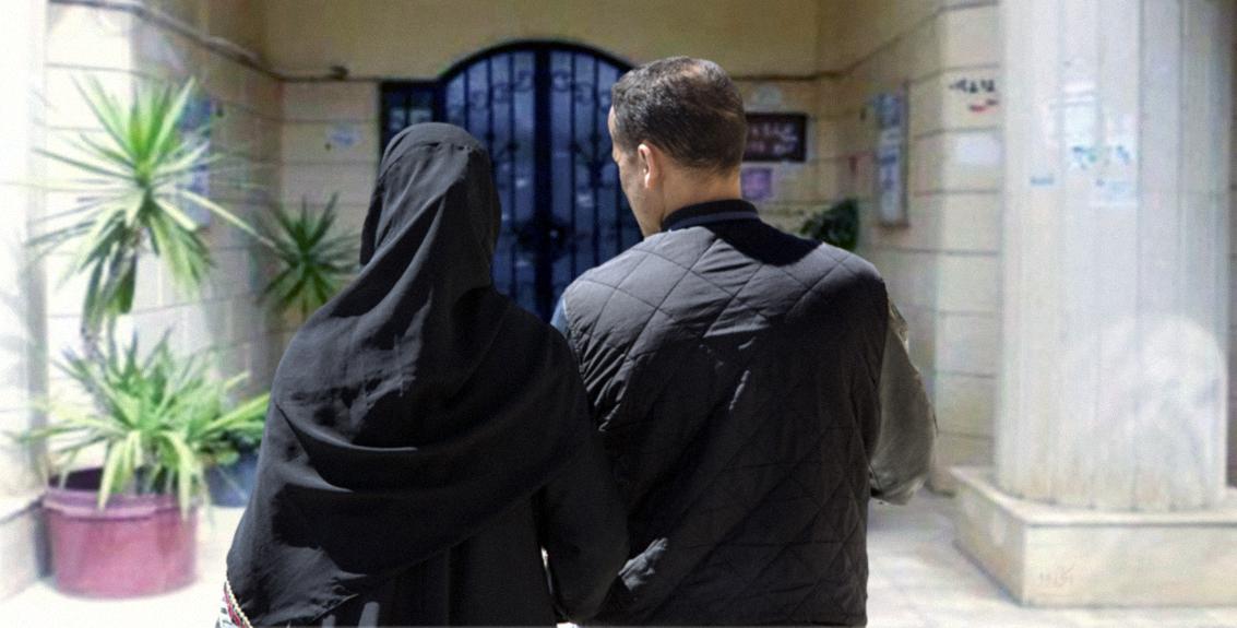 صورة سيدة تصطحب ابنها في نزهة على منازل الحي لتشتري له بنتاً