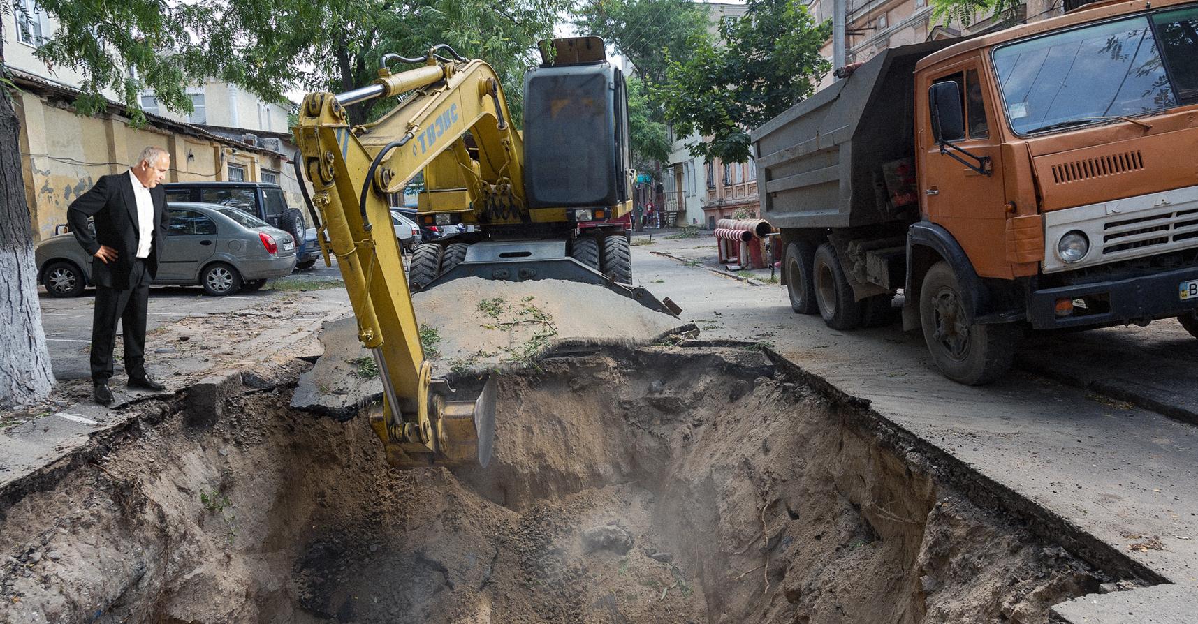صورة البلدية تحفر حفرة أخرى بعد اكتشاف المواطنين للأولى وتجنُّبهم السقوط بها
