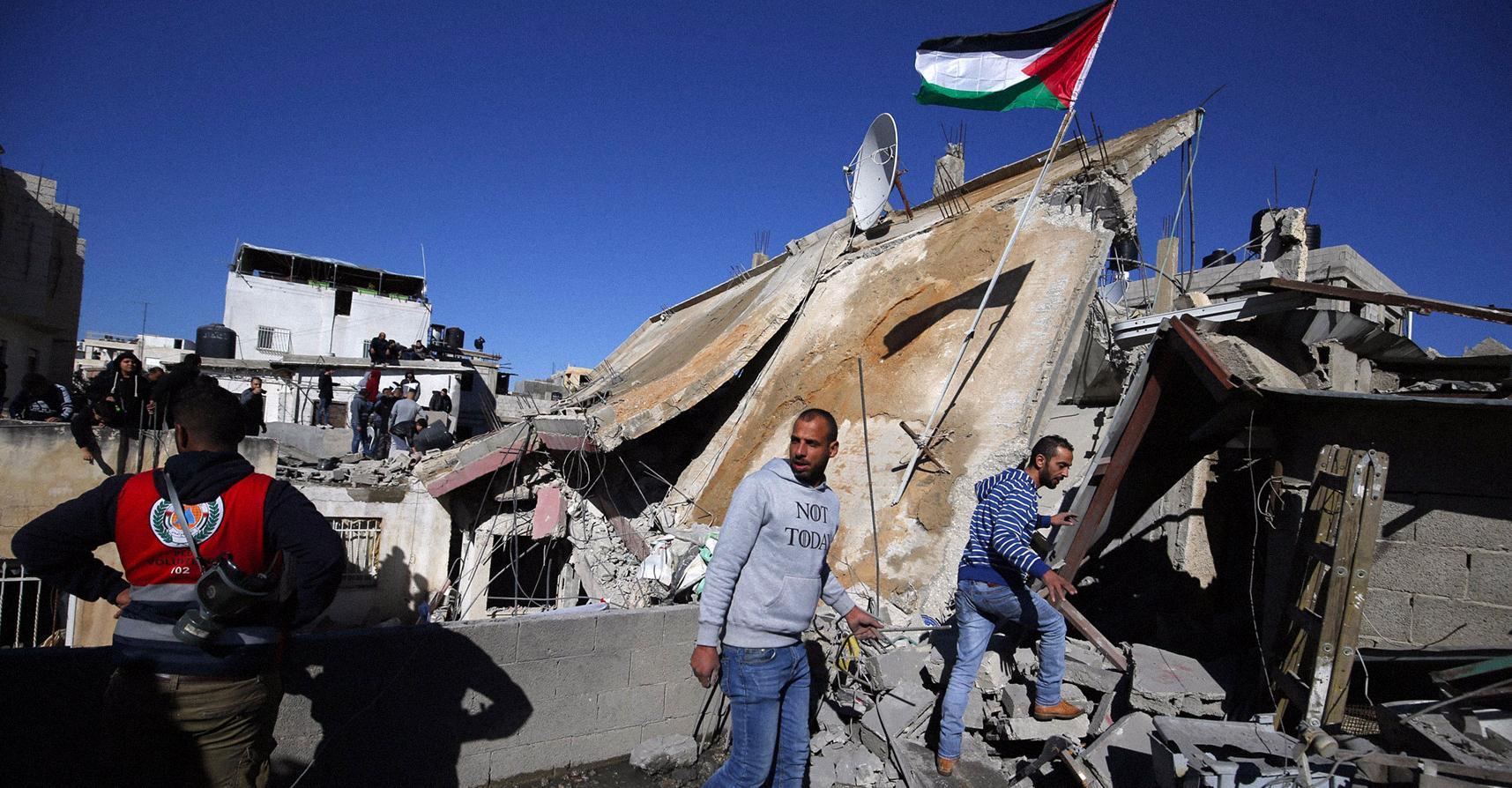 صورة إسرائيل تضبط نفسها وتكتفي بهدم منزل عائلة أبو حميد بدل إبادتهم