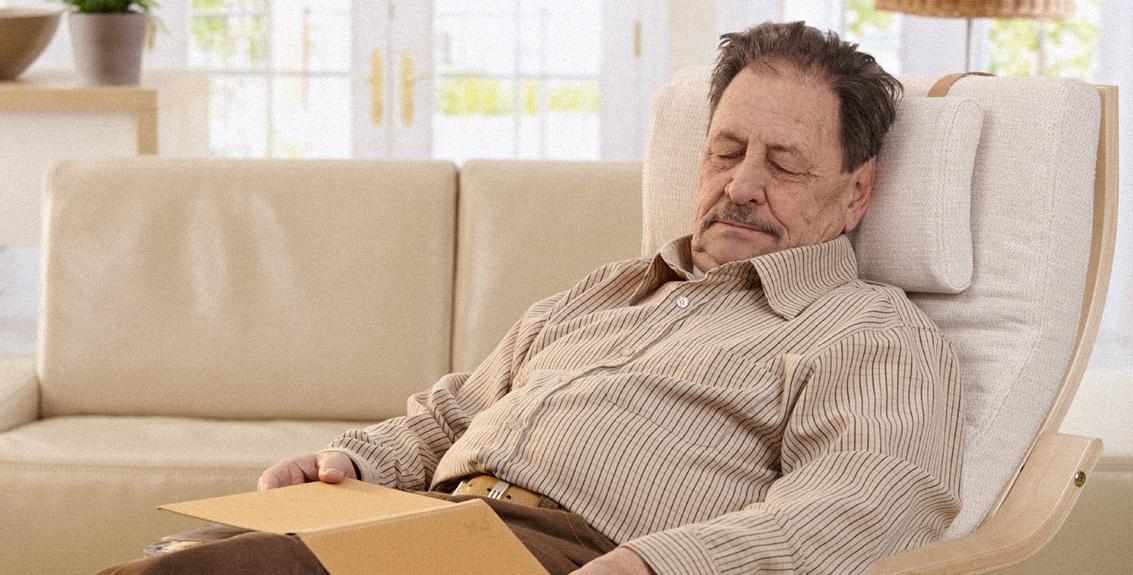 صورة موظف ستيني يضع خطة سياحة داخلية في المنزل للاستمتاع بتقاعده