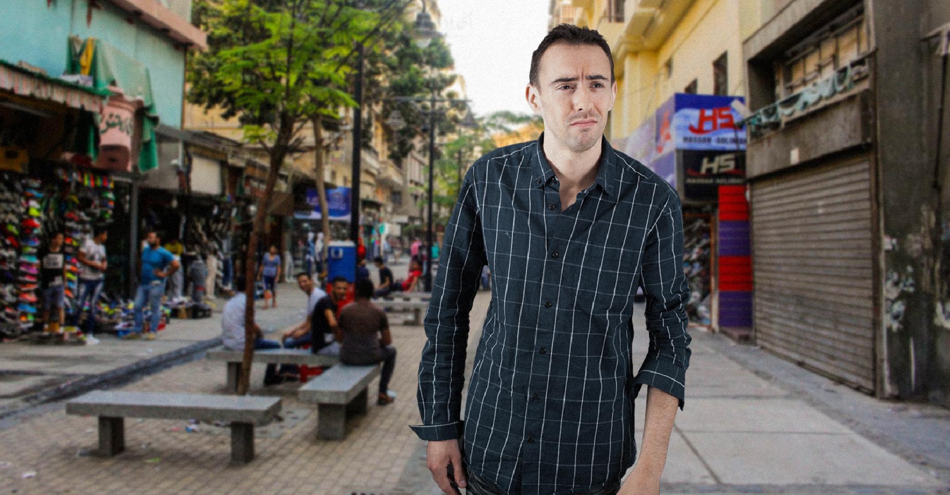 صورة مُفطر في رمضان يشعر بمعاناة الفقراء أثناء بحثه في الشارع عن لقمة ليأكلها دون جدوى
