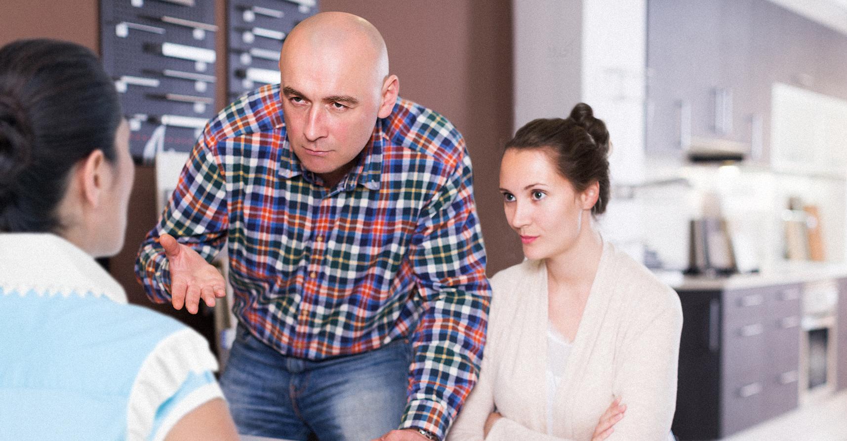 صورة عائلة وطنية تتوقف عن دفع راتب الخادمة بعد اكتشافها أنها تحول النقود للخارج