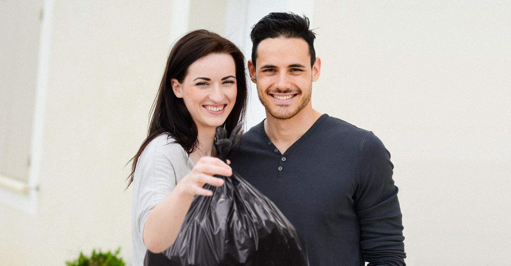 صورة عائلة تتبرّع بقمامتها للحارس بعد الفطور