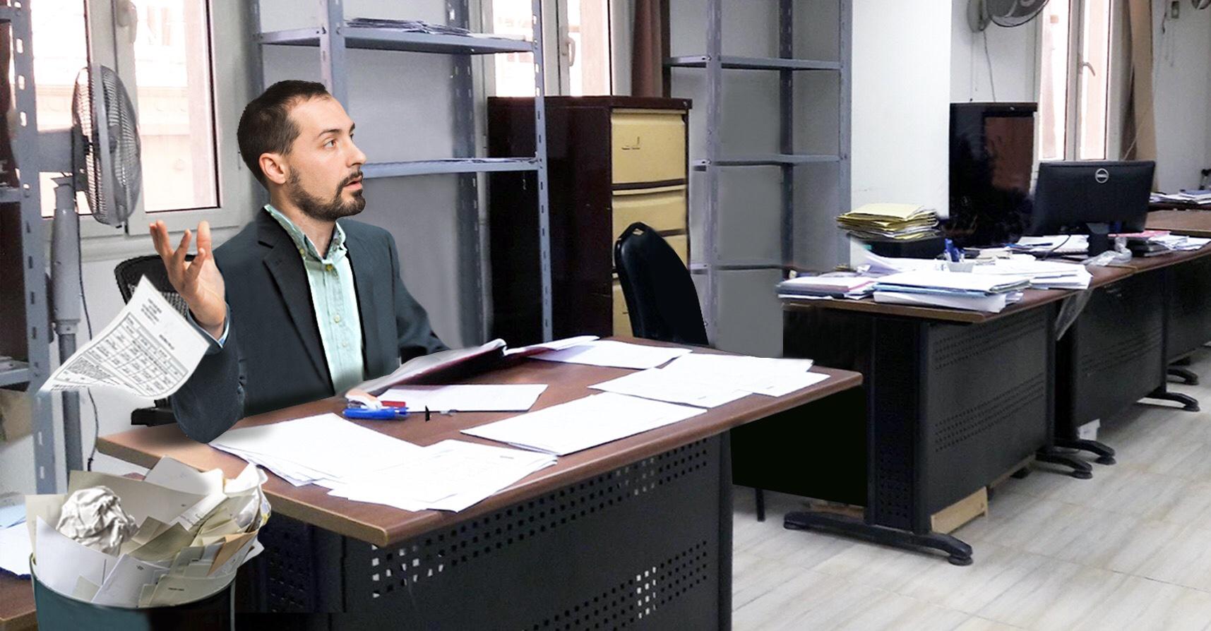 صورة موظّف حكومي يؤجّل معاملة اليوم إلى الغد