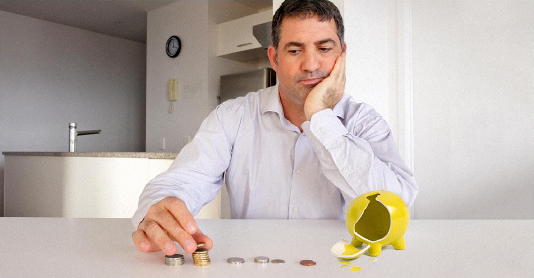 صورة شاب يكسر حصّالته التي جمع بها المال منذ الطفولة ليجد ما يكفي لشراء حصّالة