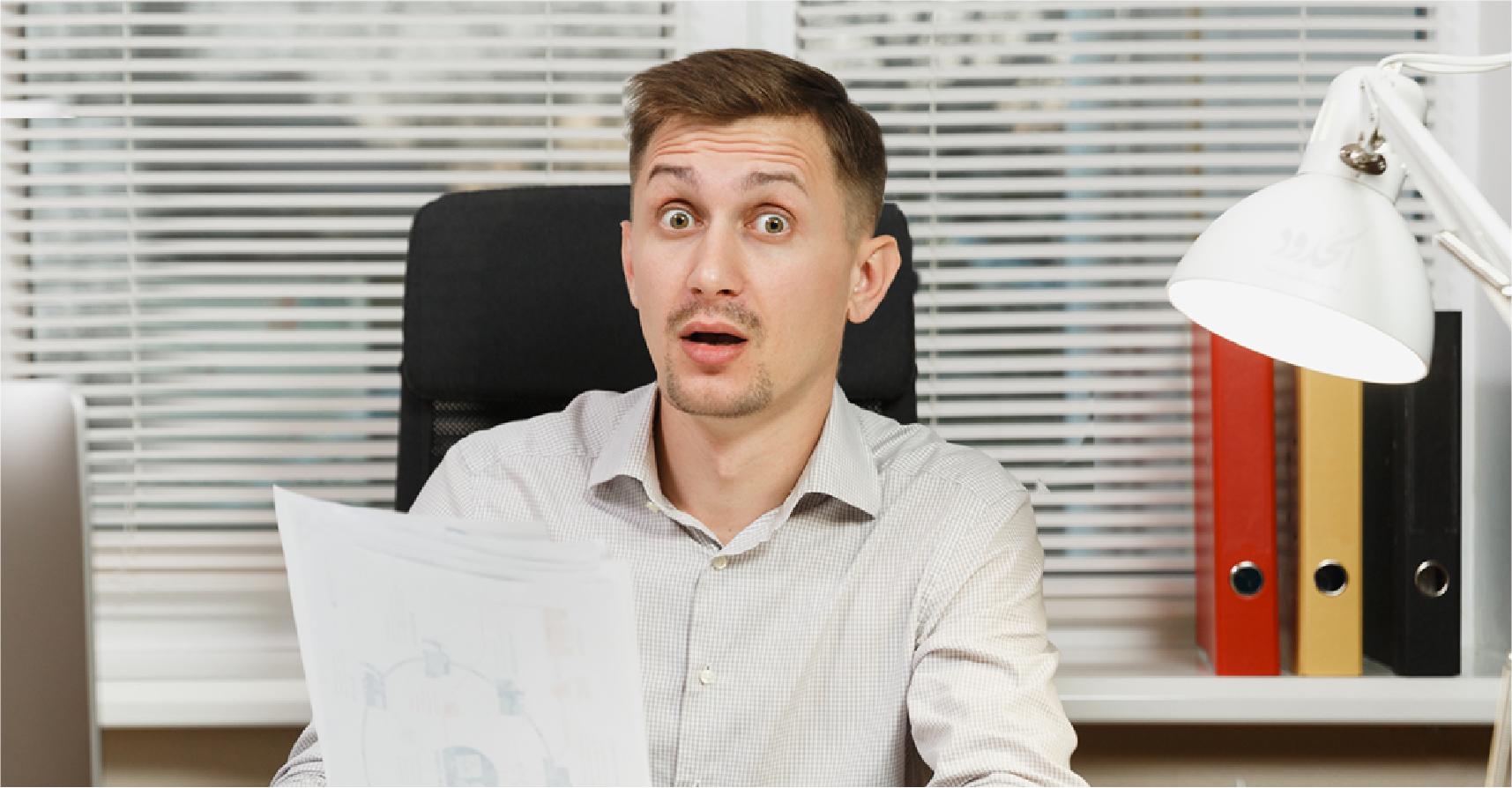 صورة شاب يؤسّس شركته الخاصة بعد قراءته سيرته الذاتية وانبهاره بمهاراته