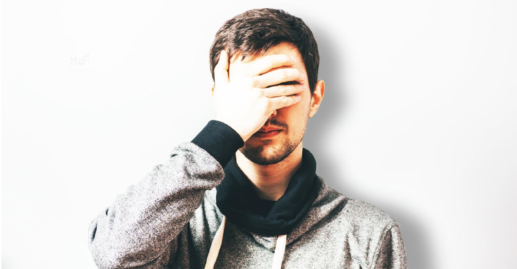 صورة شاب يصاب بالعمى بعدما نظر إلى الجانب المشرق من حياته أكثر من اللازم