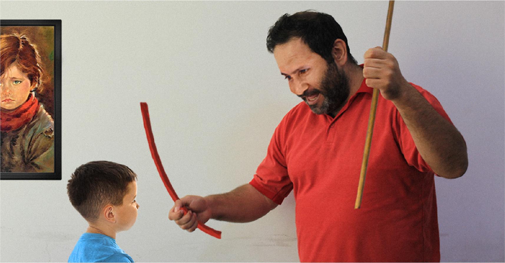 صورة أب يخيّر ابنه بين البربيش والخيزرانة ليعطيه مجالاً للتعبير عن رأيه