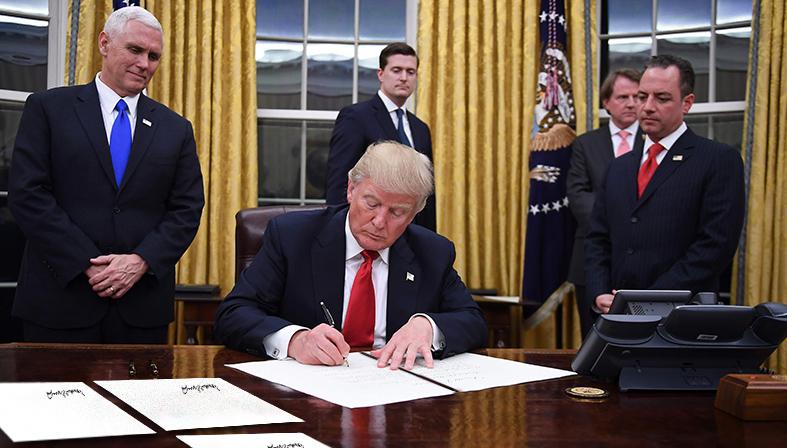 صورة ترامب يقرر توقيع خمسة قرارات حظر مقابل كل طعن في قرار حظر سفر تصدره المحكمة العليا