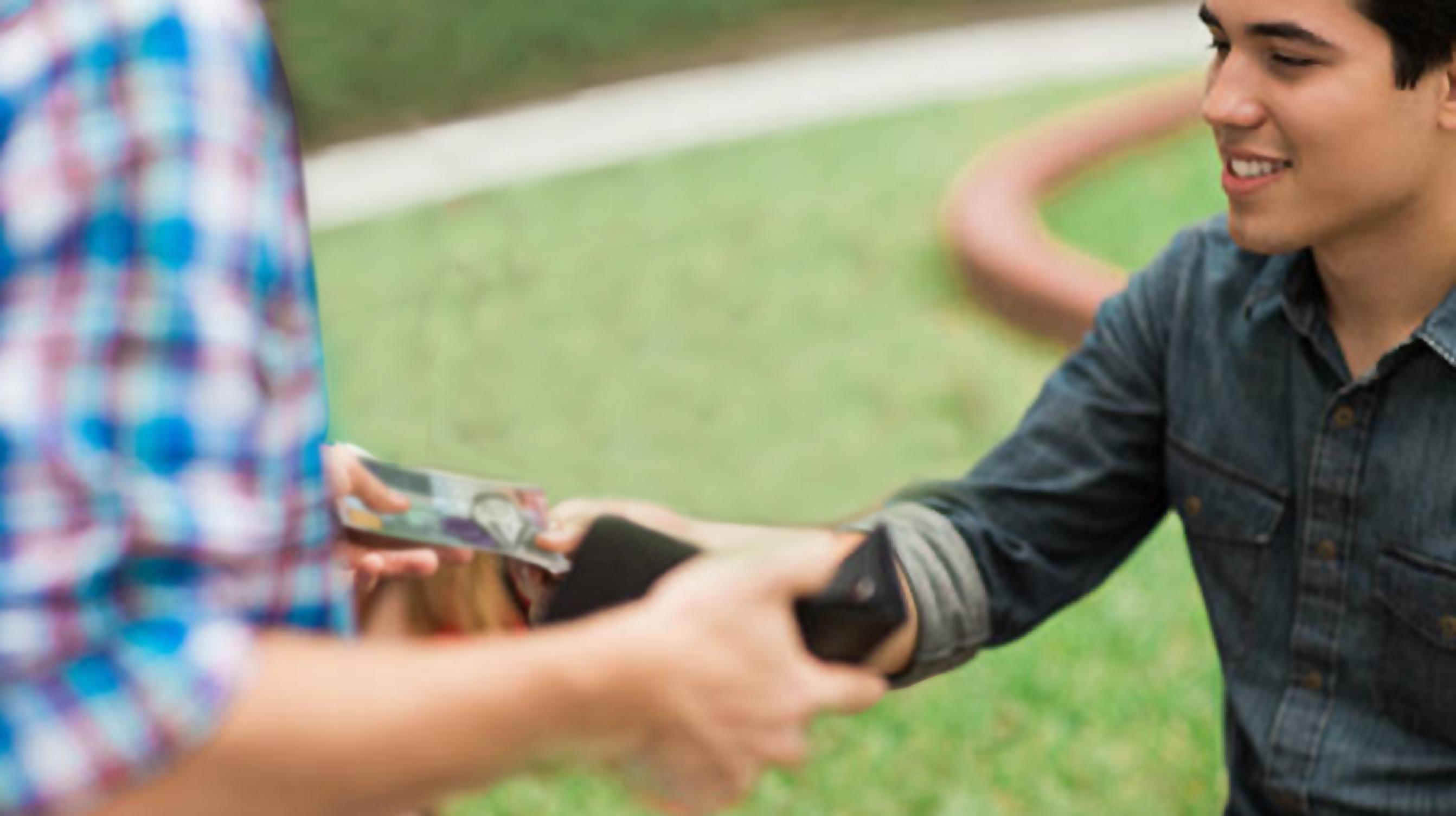 صورة شاب يتراجع عن خطبة فتاة بعدما اكتفى والدها بطلب بضعة آلاف الدولارات فقط كمهر لها خشية أن تكون معيوبة