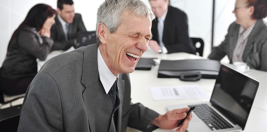 صورة مدير يقرّر الترفيه عن نفسه بالاستماع لشكاوى الموظفين ومطالباتهم بتحسين ظروف عملهم