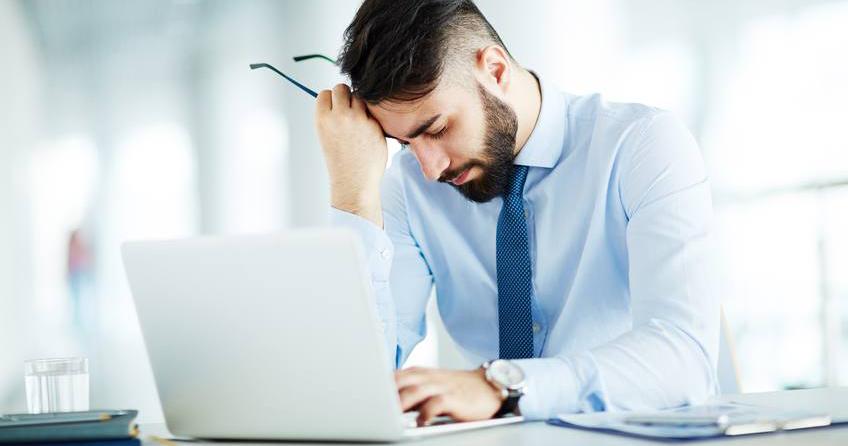 صورة شاب يضطر أن يعمل في مكان عمله كي  يمرر الوقت