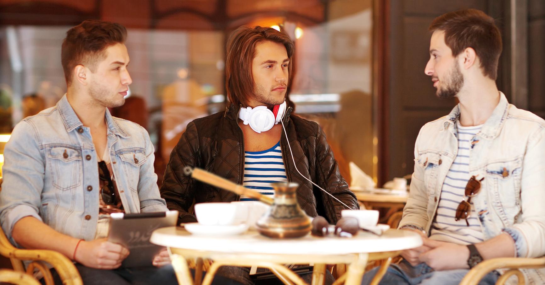 صورة شكوك برجولة شاب طلب القهوة بسكّر أمام أصدقائه