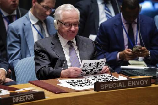 صورة مبعوث للأمم المتحدة يتوصل لحل معضلة الكلمات المتقاطعة بعد ثلاثة أشهر من عمله عليها