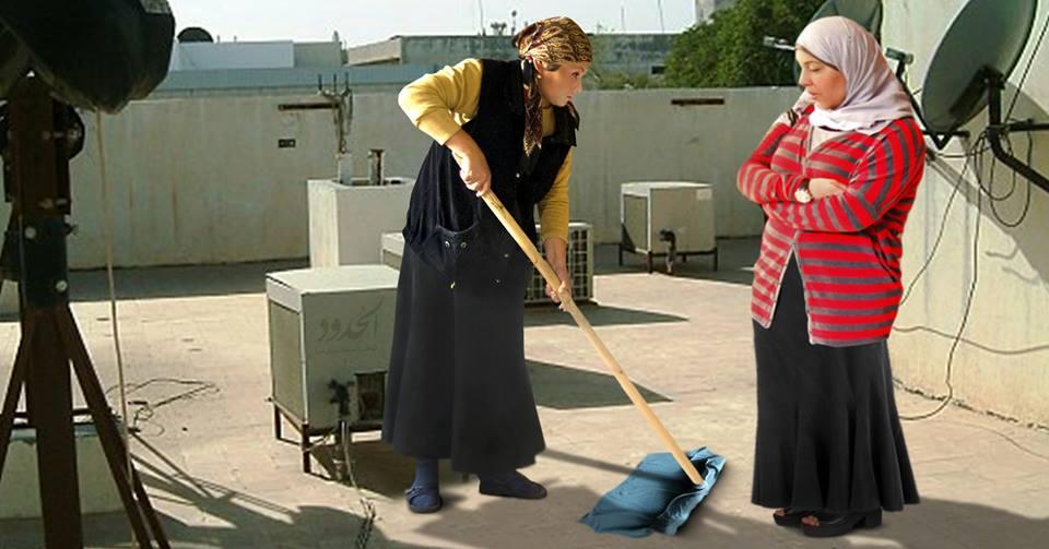صورة حماة تكسر عين زوجة ابنها لعدم إزالتها الغبار عن سطح المنزل