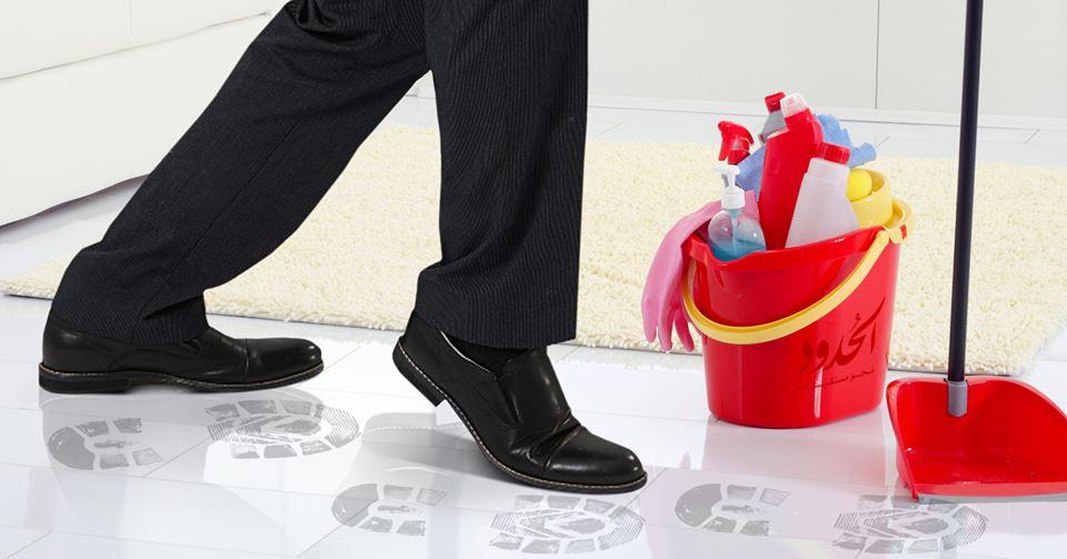 صورة شاب طائش يجازف ويدخل المنزل مرتدياً الحذاء أثناء تنظيف والدته الأرض