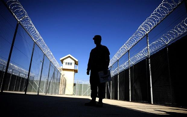 صورة مدير سجن يهدد مجموعة من السجناء بإطلاق سراحهم ليواجهوا الواقع