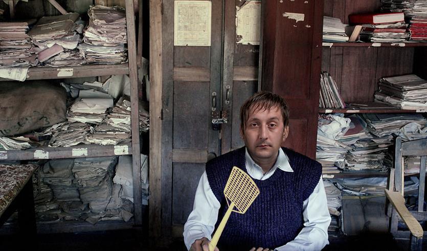 صورة موظف حكومي يخترع جهازاً لِكَش الذباب بشكل أوتوماتيكي