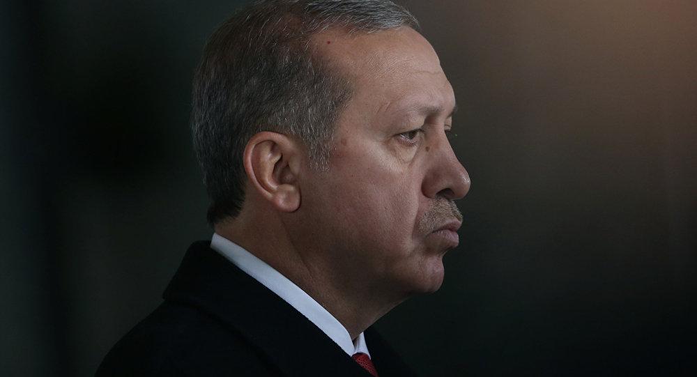صورة إردوغان يعتذر عن تأجيله إعلان حالة الطوارئ المفروضة منذ تولّيه الحكم