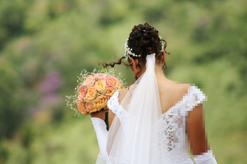 صورة عروس تمتنع عن صبغ شعرها يوم زفافها وتدخل الصالة بشعر أسود