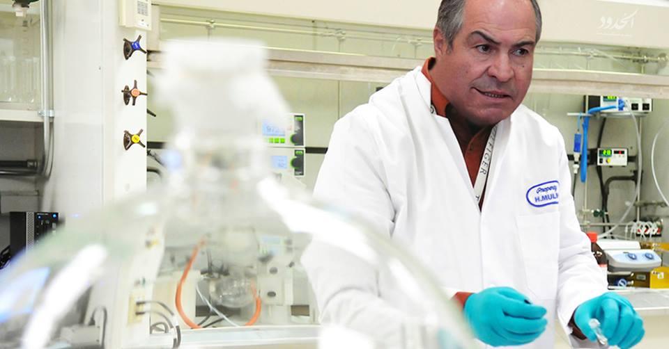 صورة رئيس الوزراء الأردني يجري تجارب خيميائية لتحويل المواطنين إلى نقود