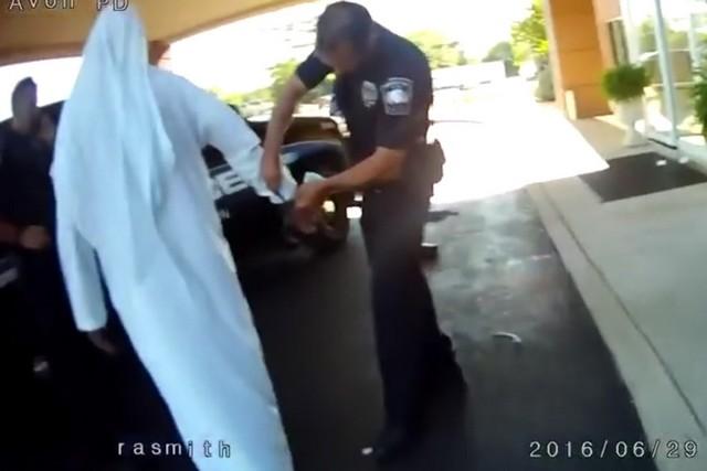 صورة القبض على إماراتي يرتدي زي الإرهابيين بأكمله باستثناء الحزام الناسف