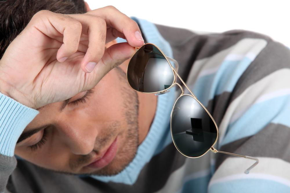صورة شاب جامعي يخلع نظاراته الشمسية ليأخذ استراحة من تَفَحّص الفتيات