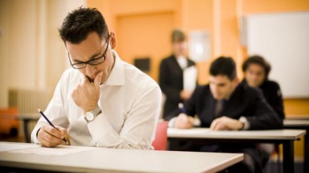 صورة طالب يجرّب حظّه ويدخل إلى قاعة الامتحان دون أوراق غش