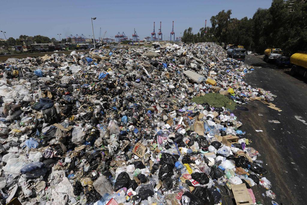 صورة الحكومة اللبنانية تضيّع ملف الكهرباء بين أكوام النفايات